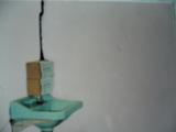hình minh họa treo hộp nhử mối để diệt mối tại nhà